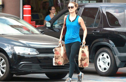 natalie-portman-strong-toned-arms-on-display-at-grocery-store-27tt